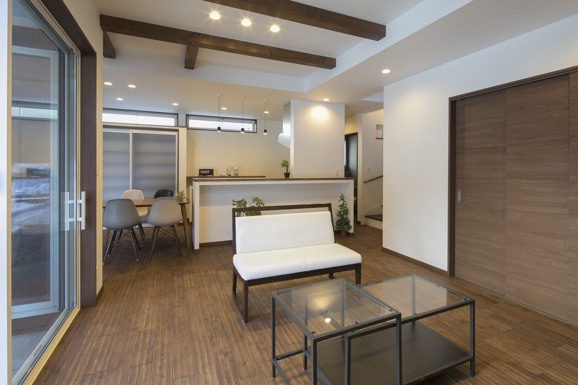 Shiawaseya-落ち着いた空間と藤色のキッチンが優しい時間を刻む家