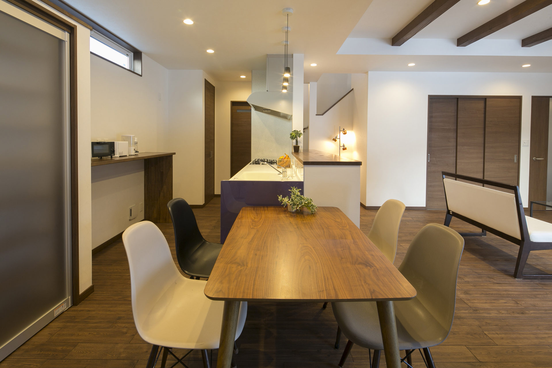 落ち着いた空間と藤色のキッチンが優しい時間を刻む家3