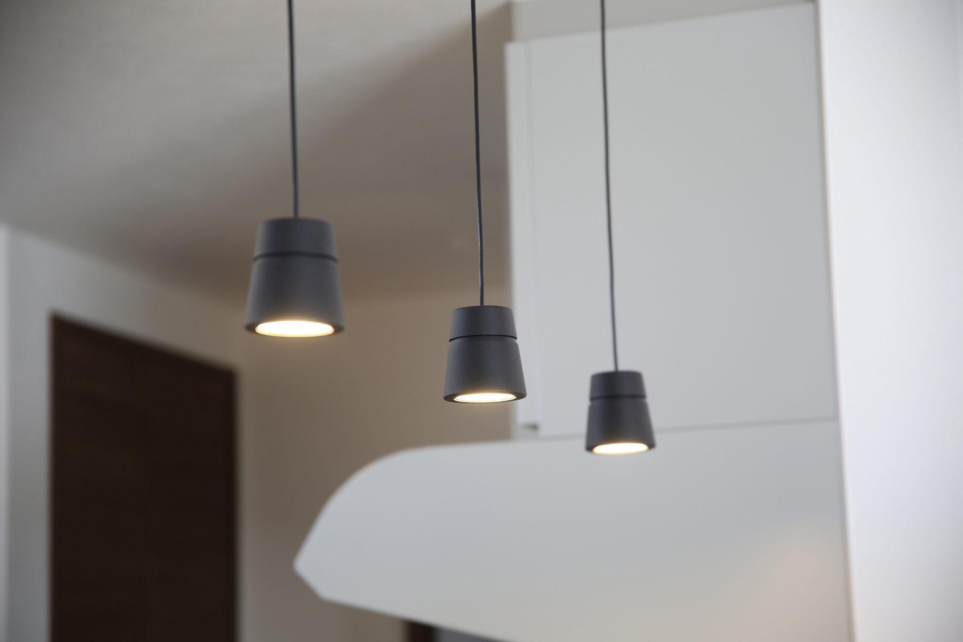 落ち着いた空間と藤色のキッチンが優しい時間を刻む家4
