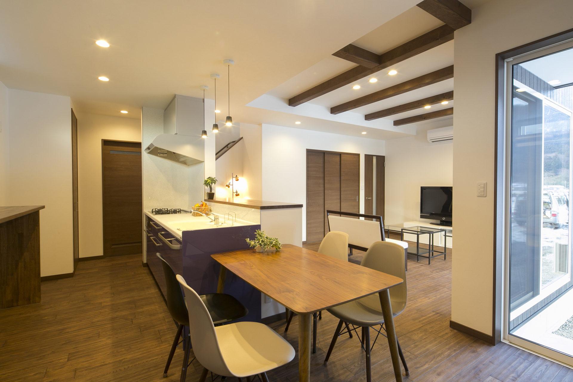 落ち着いた空間と藤色のキッチンが優しい時間を刻む家5