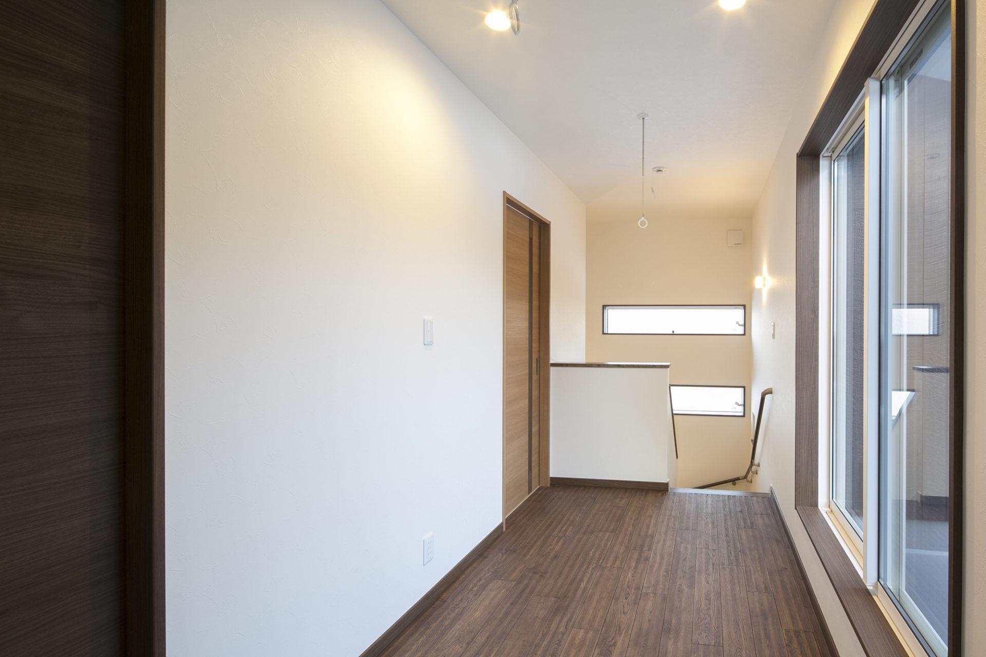 落ち着いた空間と藤色のキッチンが優しい時間を刻む家8