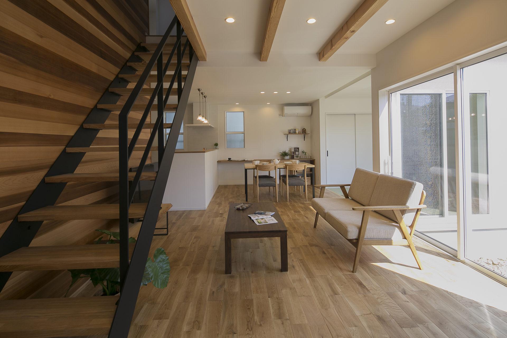 Shiawaseya-花と緑に囲まれながら ナチュラルな暮らしを愉しむ家