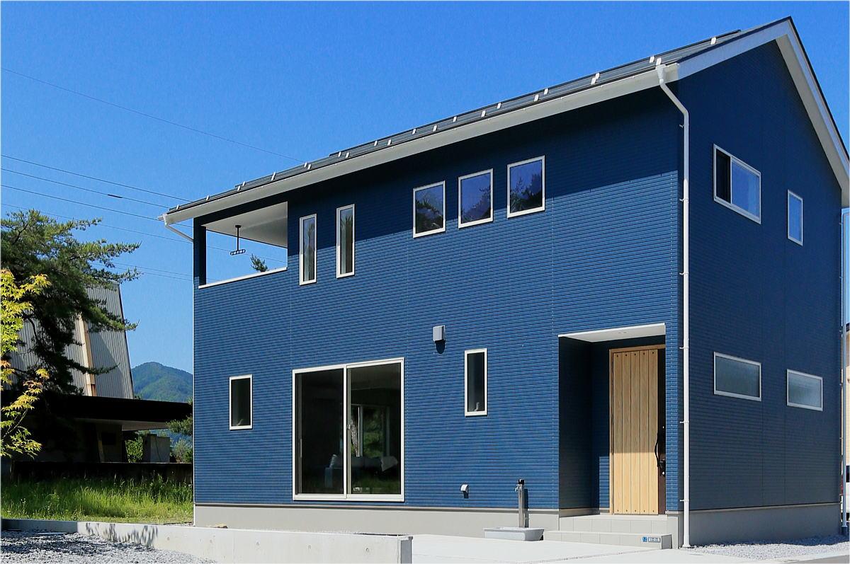 色で遊ぶ 爽やかなブルーのかわいい家10