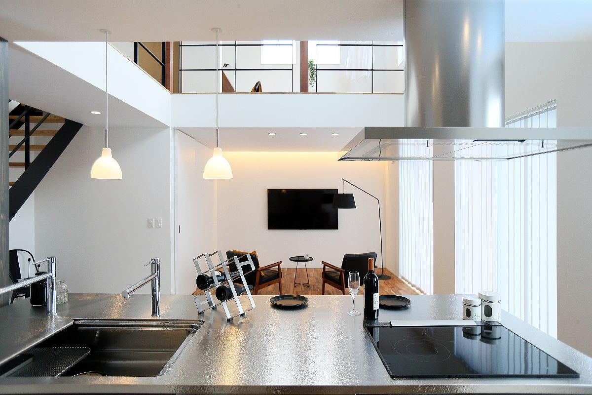 こだわりのキッチンが映える シンプルモダンな千曲市の家3