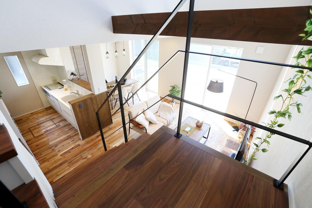 安らぎを感じる 折り返し階段が印象的な長野市の家7