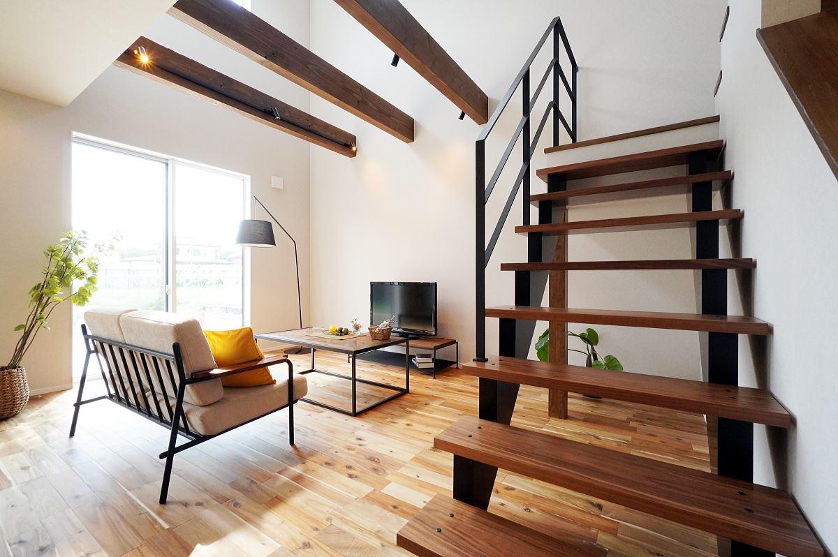 安らぎを感じる 折り返し階段が印象的な長野市の家2